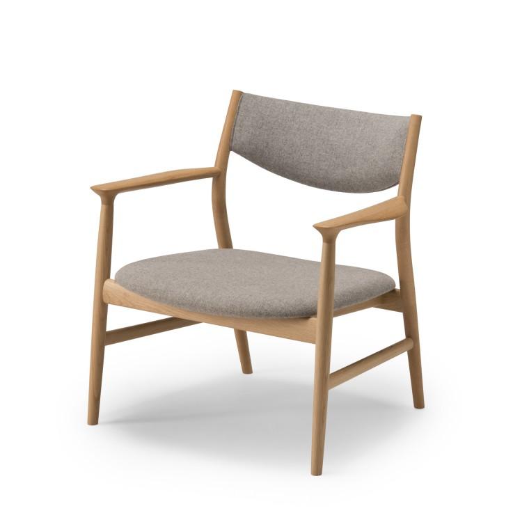 安楽椅子の〝いちばんいい角度〟とやわらかさを背と座で追求。